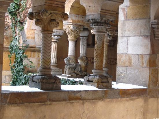 Varosliget : Les colonnes toutes sculptées de la petites église