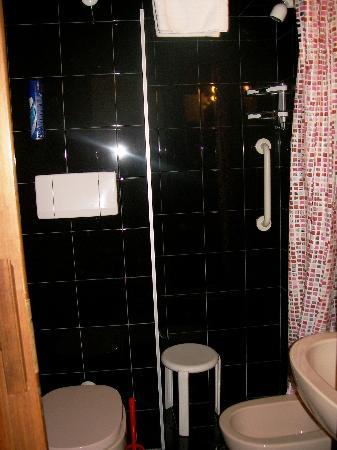 HOTEL LORENA: Baño