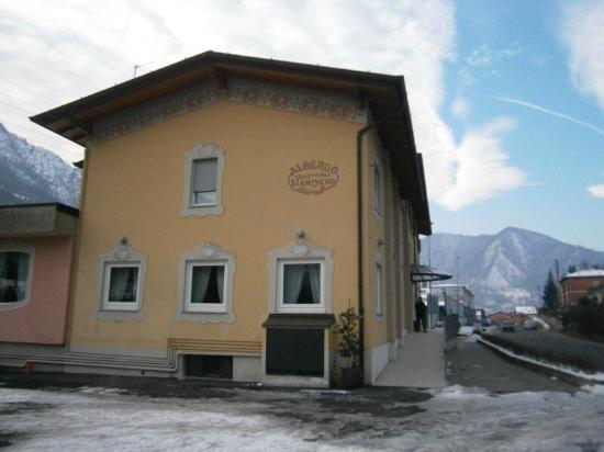 Hotel Restaurant Marcheno: Vista dell'albergo dal parcheggio