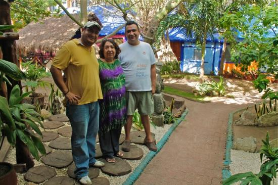 Amar Inn B&B: Luis, Ana Luisa, and Miguel. Wonderful hosts, wonderful people.