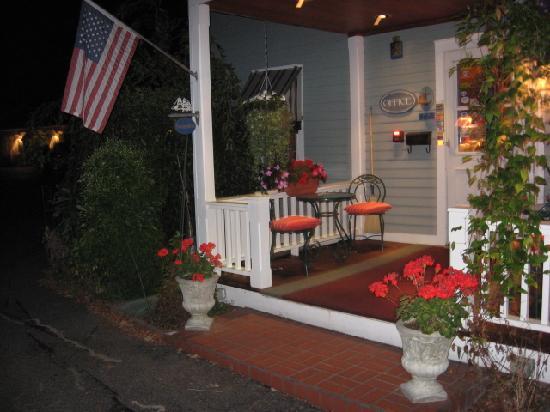 MAPLE TERRACE MOTEL: Reception porch