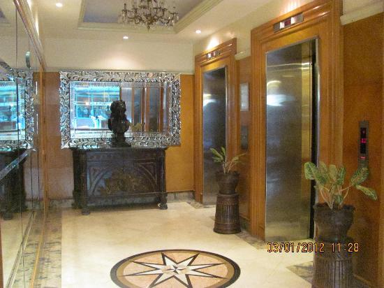 بيرجايا ماكاتي هوتل: Lobby Elevators
