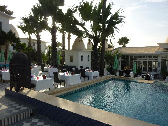 Coco Ocean Resort and Spa: poolside dining