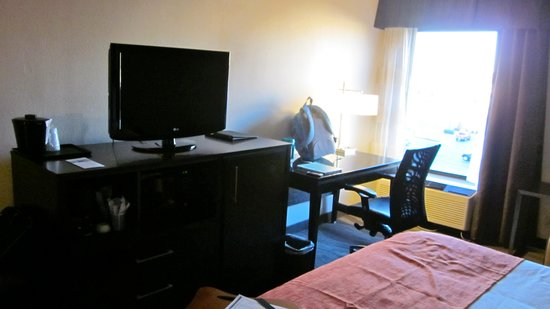 Holiday Inn Express Burlington: Desk area with TV, microwave, and frig