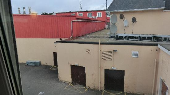 Carrigaline Court Hotel & Leisure Centre: The view from room 141. Ugly.