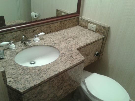 Omni New Haven Hotel at Yale: Bathroom configuration