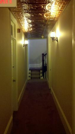 Bully's Restaurant & Pub: Hallway