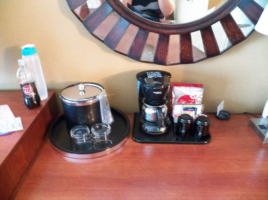 The Hotel at Turning Stone Resort: Amenities on Desk