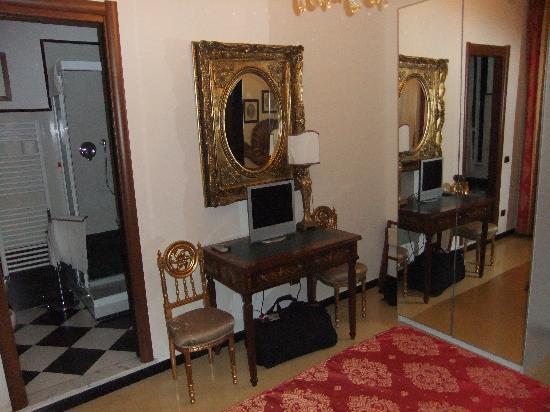Hotel Villa Luisa : Desk/dressing table