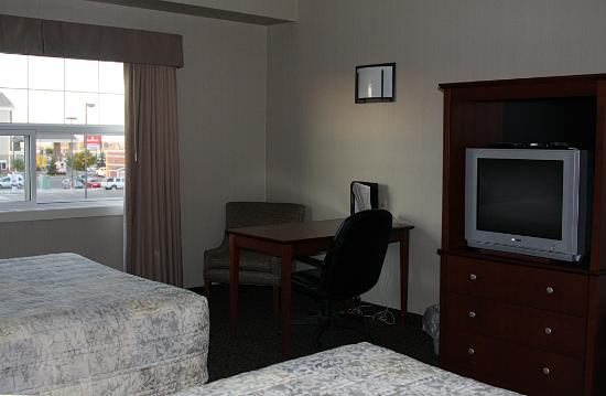 Heritage Inn & Suites : Convenient chair and a table