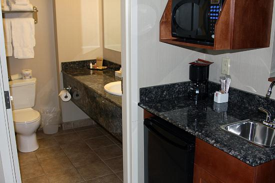 Heritage Inn & Suites : Small kitchennette and bathroom