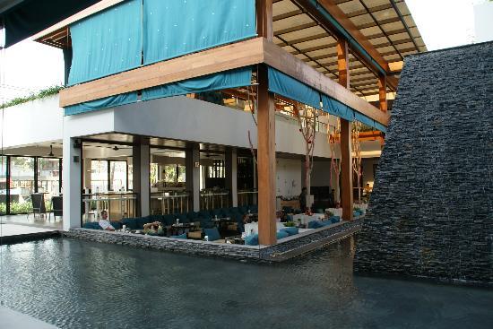Nap Patong: オープンエアーで気持ちの良いレストラン。