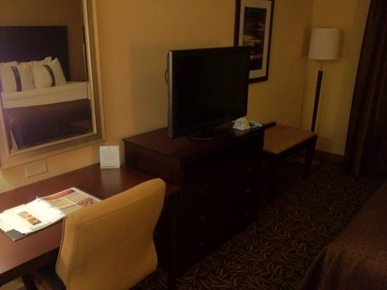 Holiday Inn Ardmore - Convention Center: tv and workspace