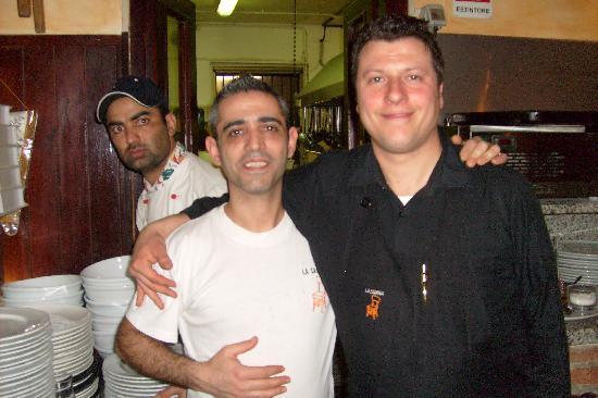 Pioltello, Italie : Luigi,il gestore e Luca il cameriere