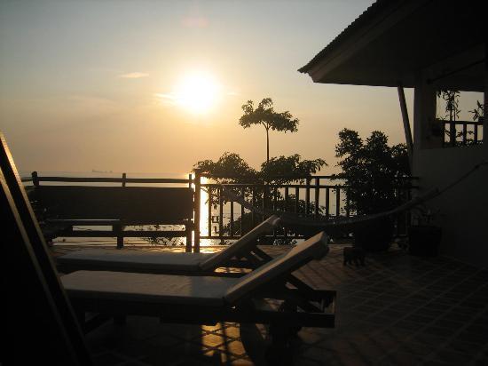 Baan KanTiang See Villa Resort (2 bedroom villas) : Solnedgang fra terrassen...
