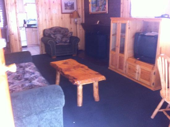 Big Bear Frontier Cabins & Hotel: Living/Dining Area