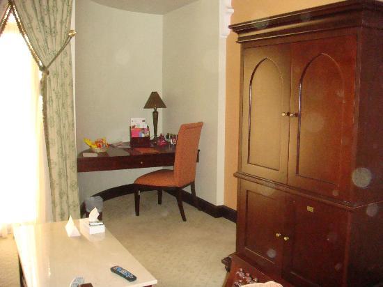 Mercure Grand Hotel Seef: the bedroom's work table