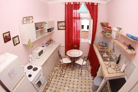 Old Town Hostel: Kitchen