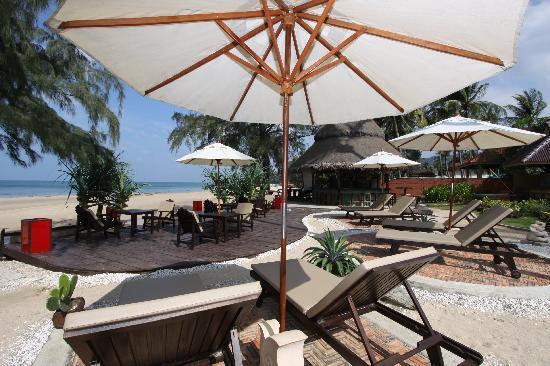 Lanta Castaway Beach Resort: Beach Deck and Mad Bull Beach Bar
