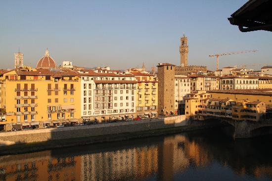 Hotel Lungarno: Arno River view from the balcony