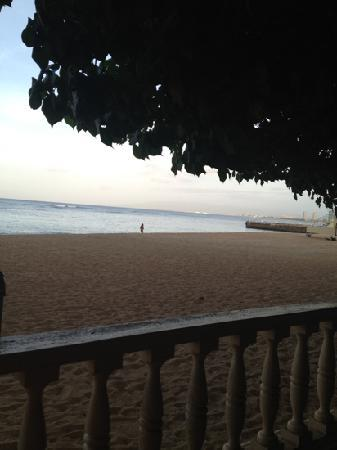 Kaimana Beach: HAU TREE LANAI overlooks