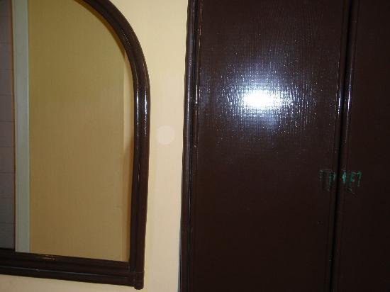 Hotel Giardino : Mirror & closet