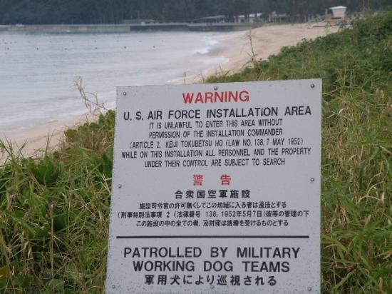 Okuma Beach: 看板の向こうは米軍保養地