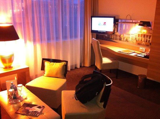 H4 Hotel Berlin Alexanderplatz: Living room