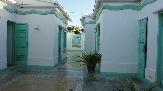 Posadas La Plaza & Las Palmeras : Pasillo hacia las habitaciones