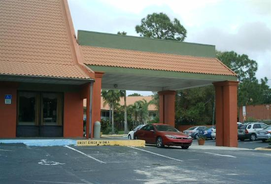 Days Inn Cocoa Cruiseport West At I-95/524 : All rooms are off the main street.