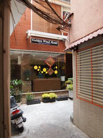 Golden Wind Hotel: Located in an alley - but worth looking for