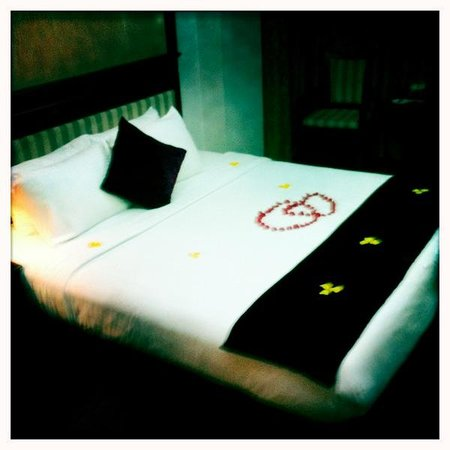 Golden Legend Hotel: Bed of roses.