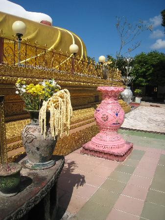 Kyaik Pun Pagoda: A charming pink pot and the foot of one of the Buddhas