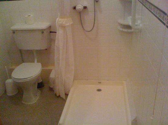 The Lion Hotel: Bathroom,large and Wheelchair friendly