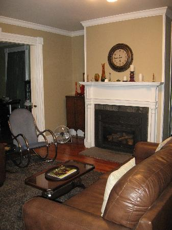 Lily's at Little Rest - Bed & Breakfast: Our guest Salon...