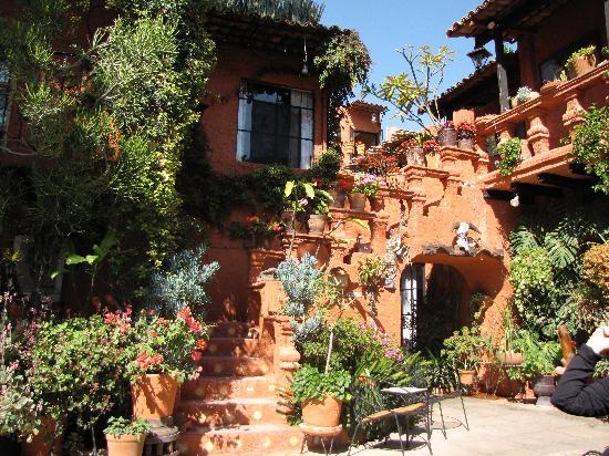 La Mansion Del Bosque: Front Courtyard