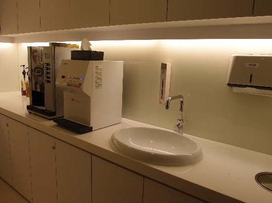 CityInn Hotel Plus - Ximending Branch: Coffee Machine at the Basement