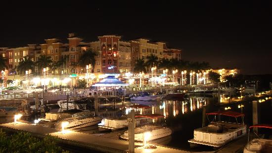 Bayfront Inn 5th Ave: View across the marina from the restaurant