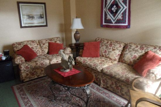 Grape Arbor Bed and Breakfast: sitting area of the Cabernet suite