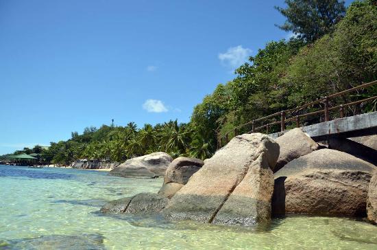 Coco de Mer - Black Parrot Suites: Path to third beach