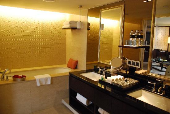 Mandarin Oriental, Jakarta: bathroom