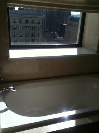 The Ritz-Carlton, Philadelphia : soaking tub by the window