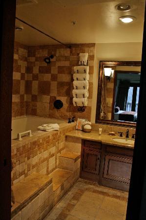 The Blackbird Lodge: Hot tub in Bathroom
