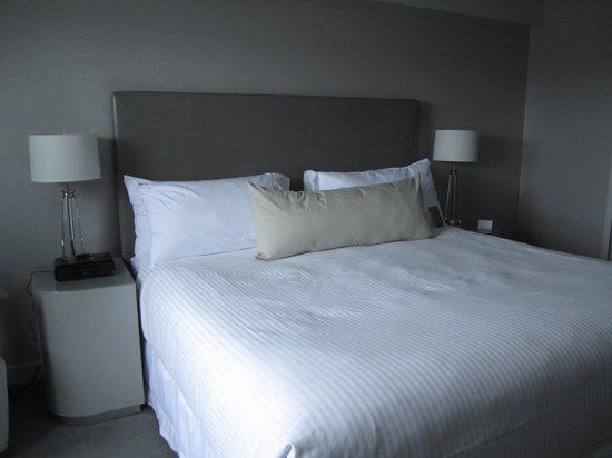 ذا جيمز هوتل: king bed