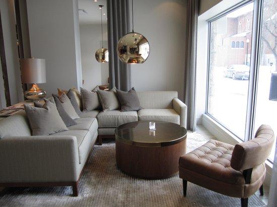 ذا جيمز هوتل: stylish lobby lounge