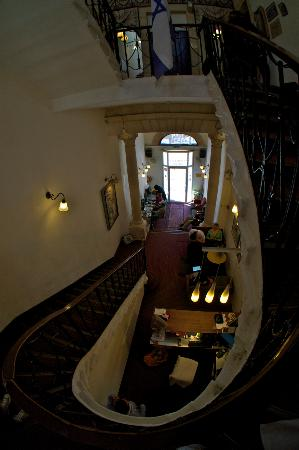 The Jerusalem Hostel: The stairway/reception at the hostel