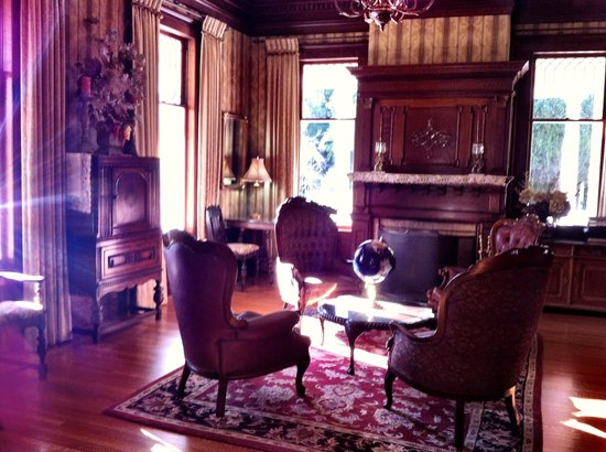 Churchill Manor Bed and Breakfast: Living room