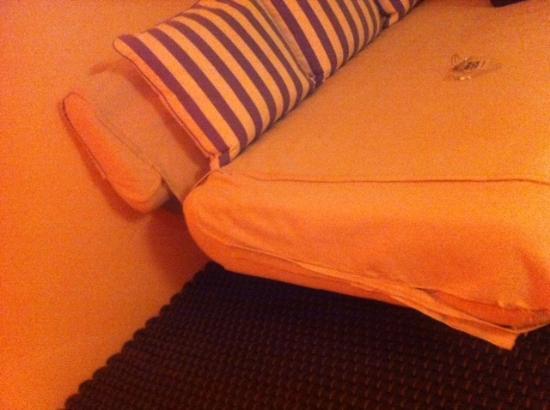 Hotel Aracoeli: divano strappato
