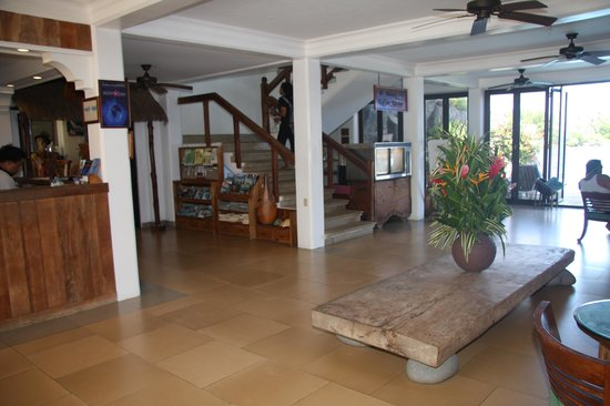 Manta Ray Bay Resort: The lobby