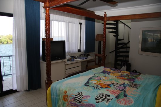 Manta Ray Bay Resort: Room 301 with staircase to hot tub on balcony